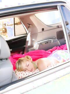 Парень запалил девушку, которая мило спала в машине