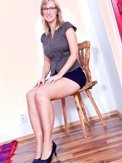 Бесплатные порно фото красивой девушки с белыми волосами на кожаном кресле
