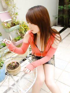 Азиатка шалит на кухне