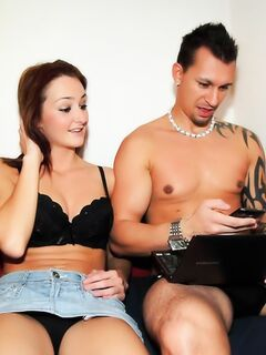 Молоденькая девушка пришла помочь своим друзья разобраться с компьютером, а попала на секс да еще и за деньги