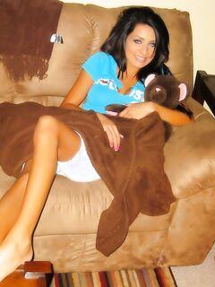 Страстная бывшая подруга зажигательно ебется на диванчике