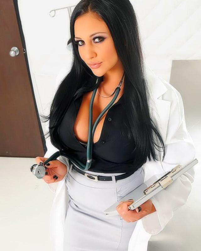 Сисястой медсестре понравился пациент и она решила с ним потрахаться.