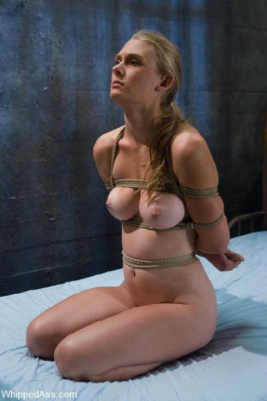 Молодая блондинка пробует БДСМ еблю