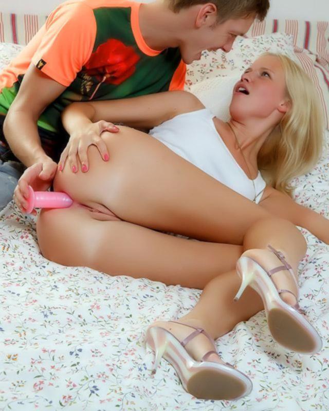 Блондинка рвет свою попку большим членом