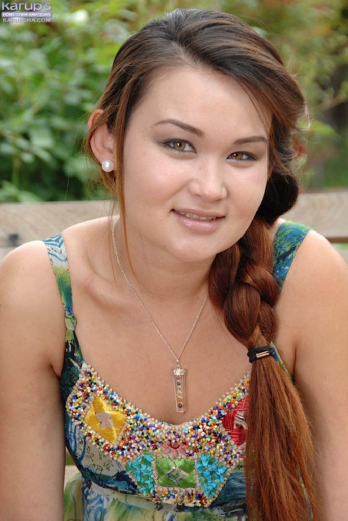 Бесплатное порно фото молоденькой Риты у бассейна на лежаке