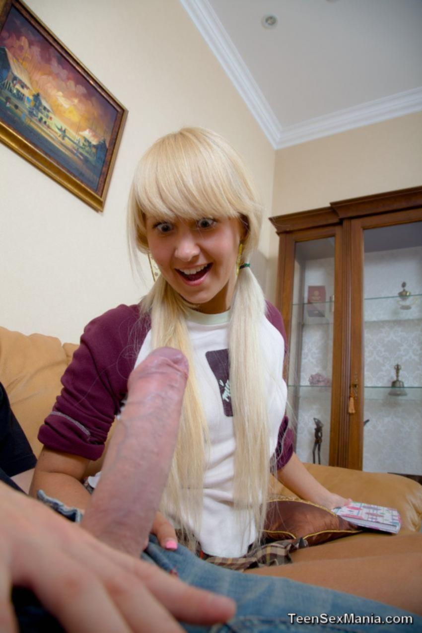 Молоденькая блондинка впервые увидела такой большой хуй