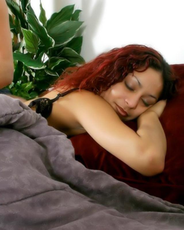 Мужик кончил спящей жене на пизду