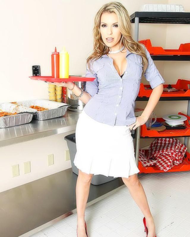 Мамаша - хозяйка ресторана ебется на кухне с молодым официантом