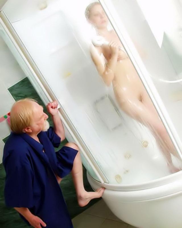 Старик подсмотрел за своей внучкой, которая принимала душ