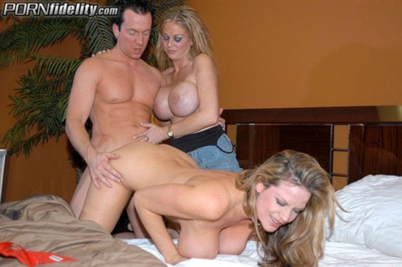 Групповой секс со зрелым мужиком и двумя порно звездами