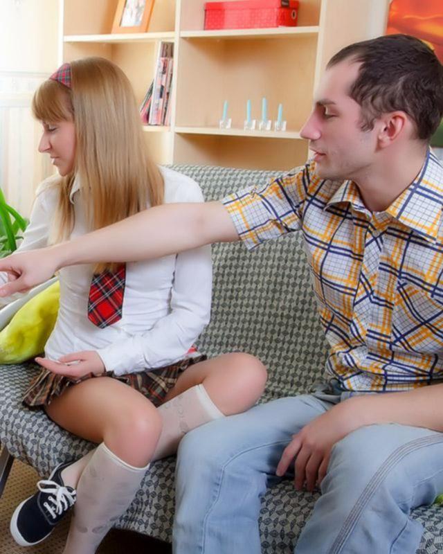 Красивая школьница трахается с одноклассником