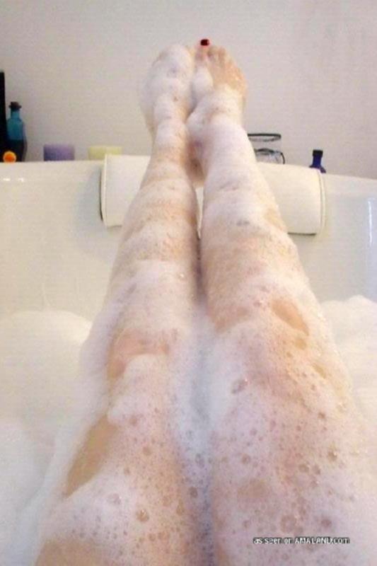 Азиатка в пенной ванной ездит по члену