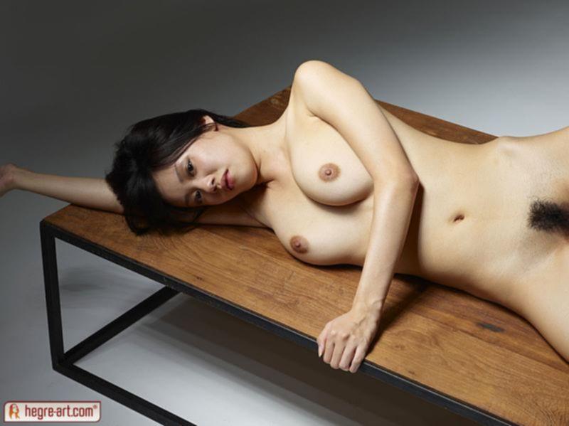 Шикарная азиатка с тугой писькой хвастается своей возбужденностью