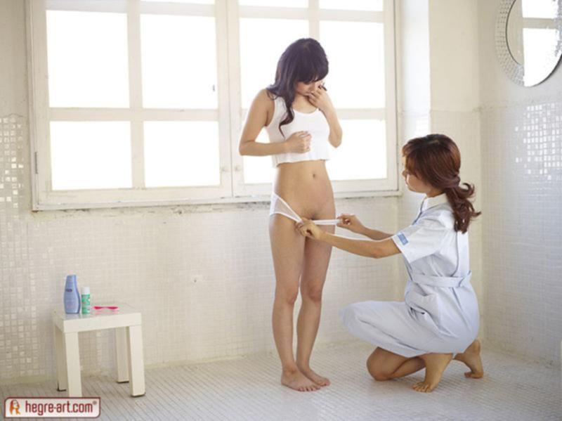 Девушка врач шалит со своей пациенткой в смотровом кабинете