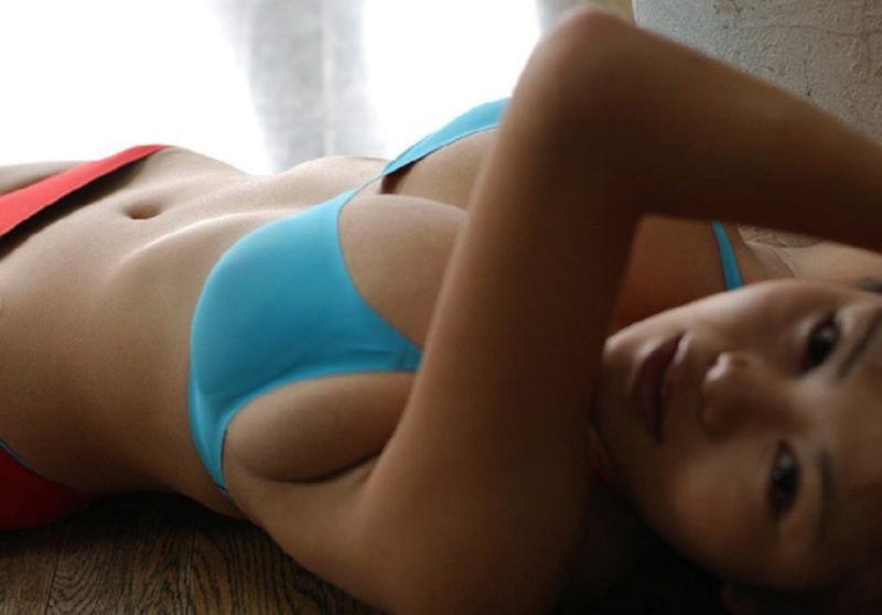 Милая азиатка с пышными сиськами захотела потрахаться с опытным ебарем