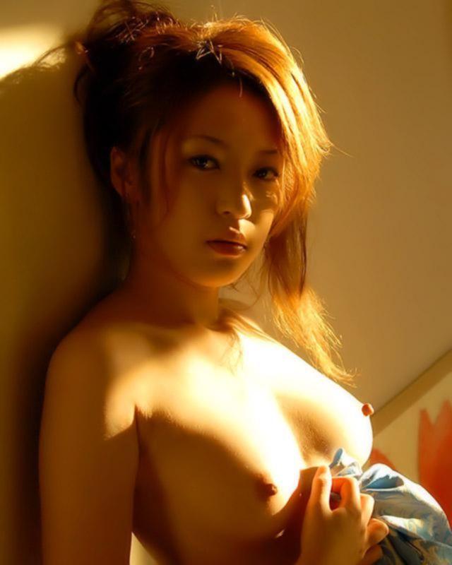 Игривая девушка азиатка впустила в себя большой хуй