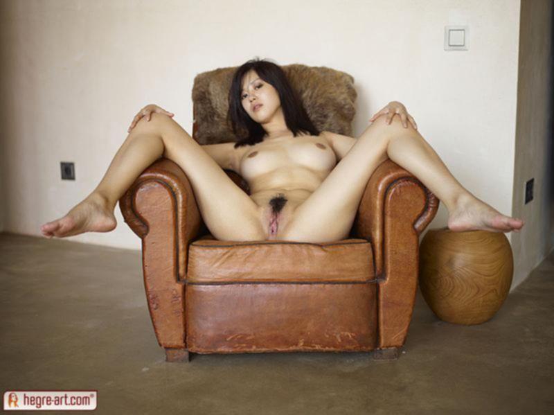 Азиатка рвет свою пизду пальчиками и получает от этого оргазм