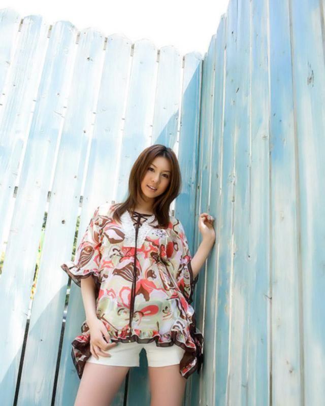 Молоденькая азиаточка показывает тебе свое новое белье