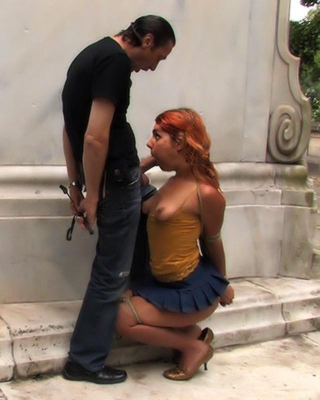 Девушка занялась публичным сексом с туристами