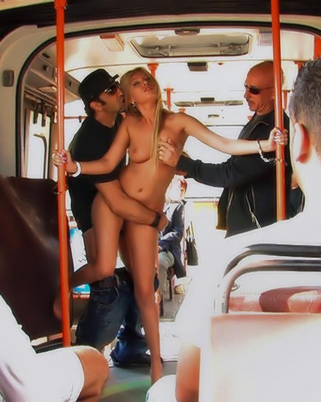 Публичный секс с милой блондинкой в ментовском автобусе