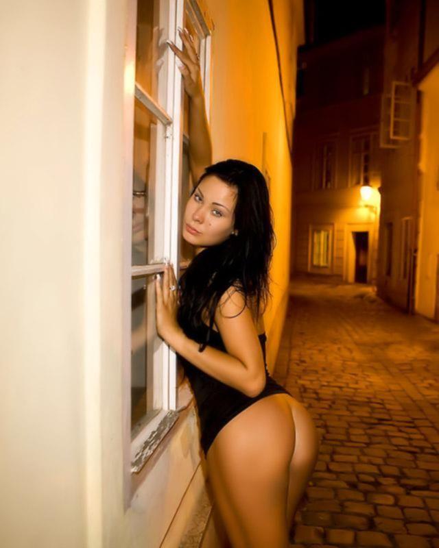 Брюнетка захотела секса и устроила публичное извращение просто на вечерней улице