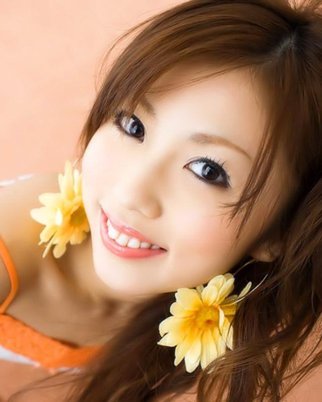 Милая азиаточка с волосатой писей показывает стриптиз