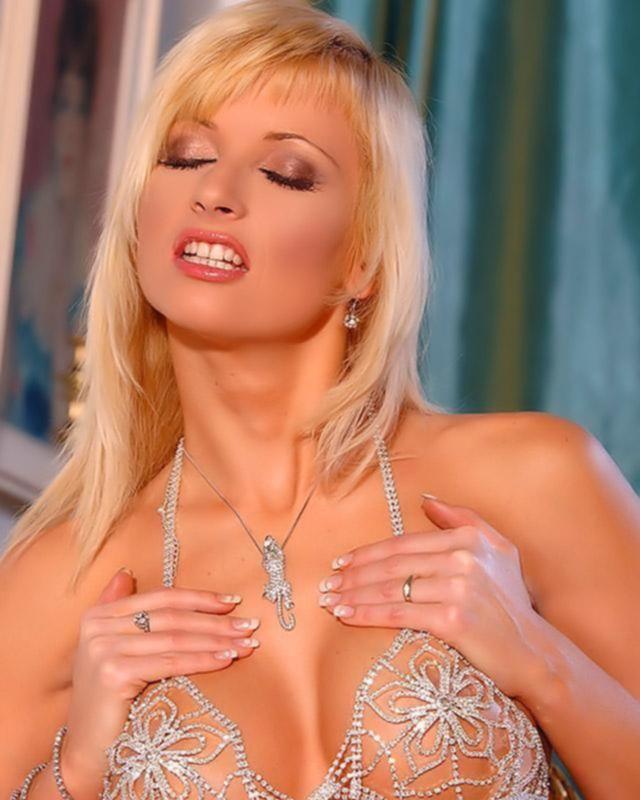 Грудастая блондинка позирует на камеру