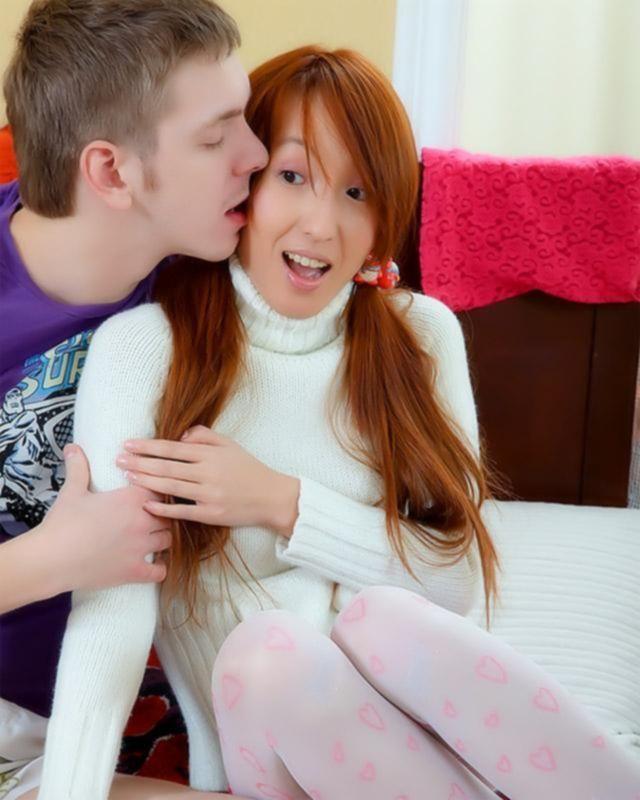 Мужлан ебет свою новую азиатскую подругу в тугую попку