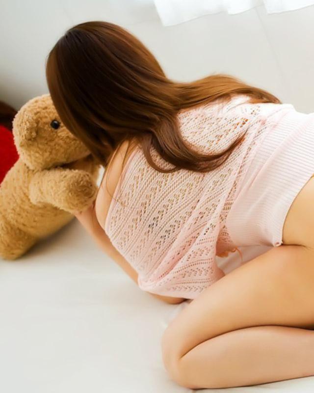 Сиськатая азиатка с упругими формами любит пошалить на кроватке