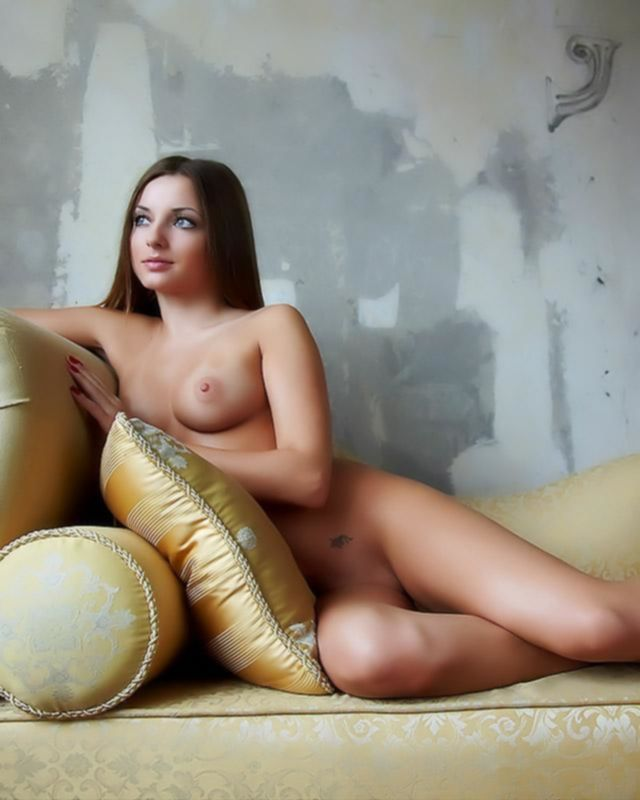 Голая девушка на мягком диване