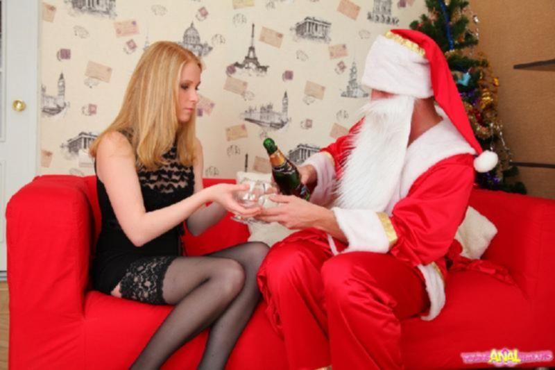 Порно фото, как Санта Клаус оттрахал девушку в анал
