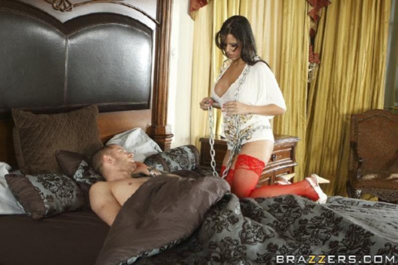 Парень с тату жестко выебал сучку сестру в тугой анал на кровати