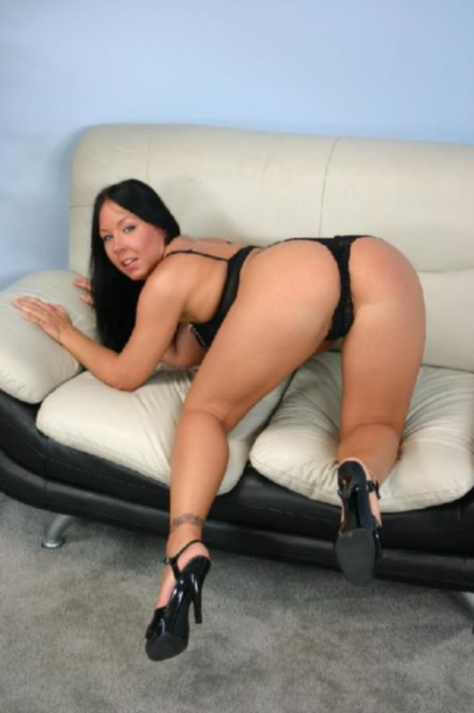 Ненасытная девушка с большими сиськами любит трахаться на больших членах