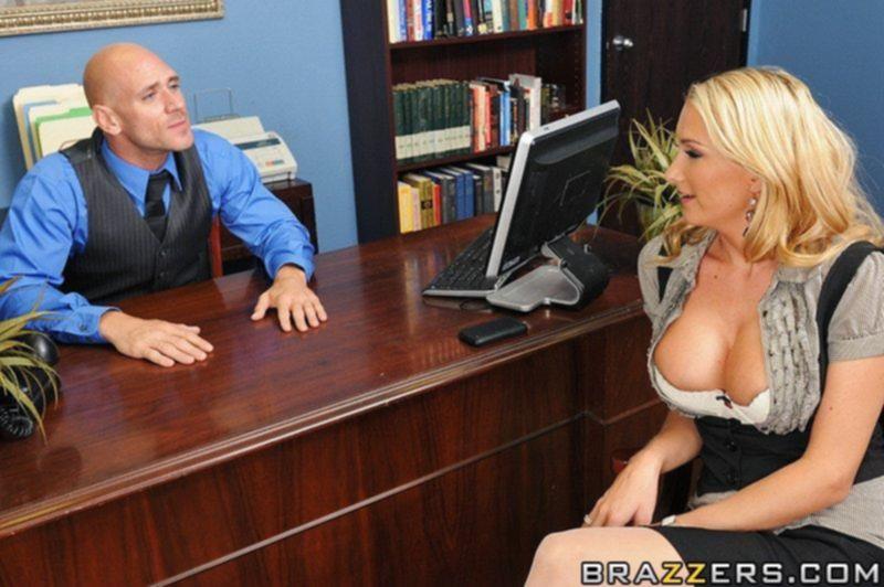 Босс трахает свою секретаршу просто в попку