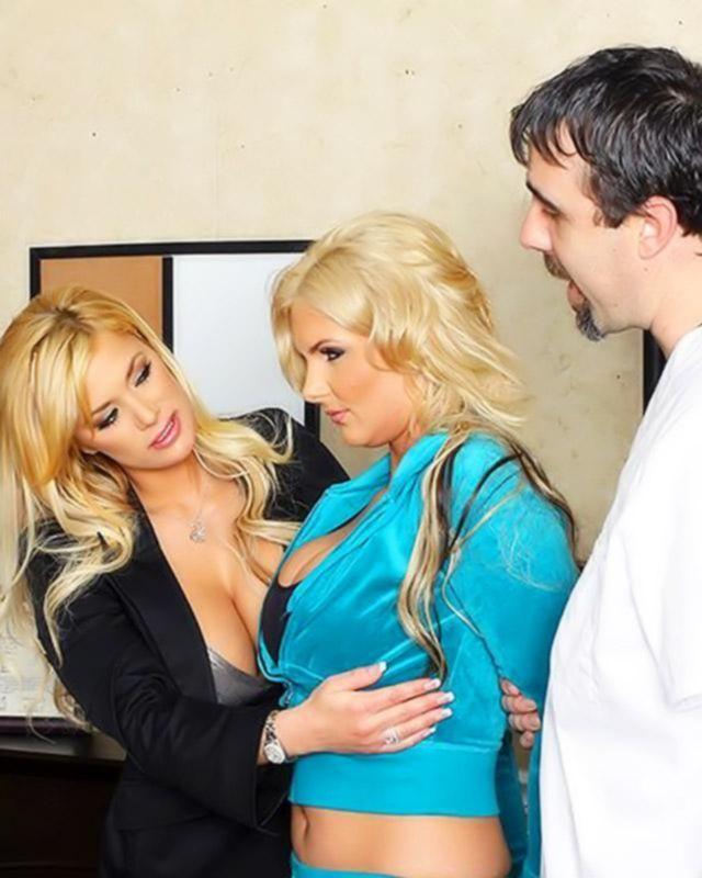 Две супер блонды любят анальный трах на большом члене
