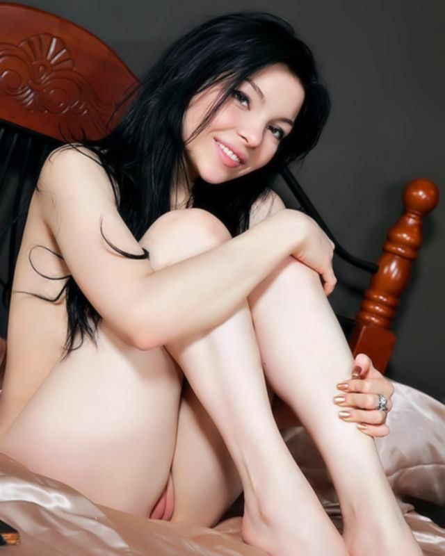 Красивая писательница порно рассказа расслабляется на кроватке