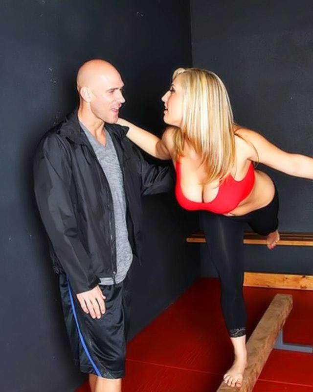 Опытная блондиночка устроила разврат на диване