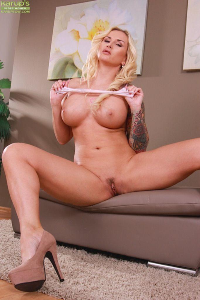 Бесплатные порно фото девушки с длинными волосами и большой грудью