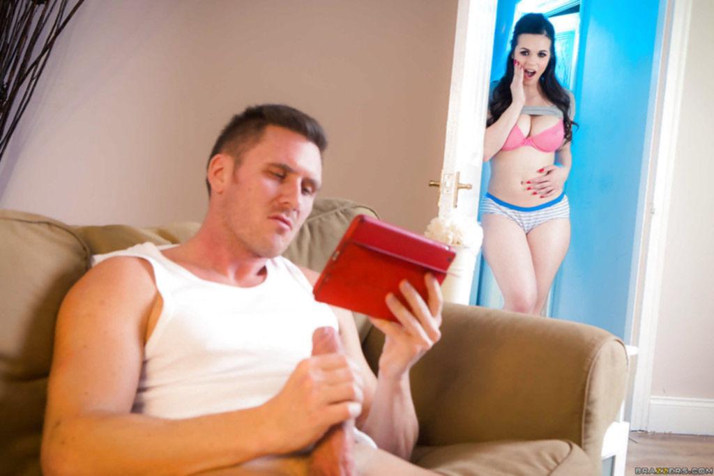 Порно фото с девушкой с огромными сиськами на природе
