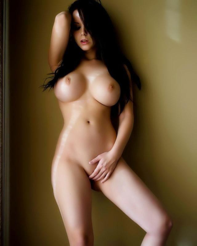 Большегрудая брюнетка полностью голая