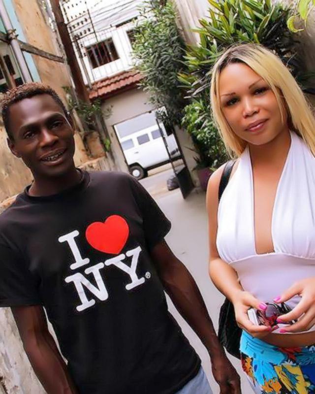 Нигер трахает красивую трансвиститку