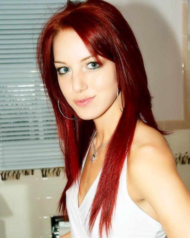 Красивая рыжая девушка сняла белые трусики
