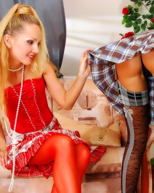 Две проститутки в сексуальных нарядах
