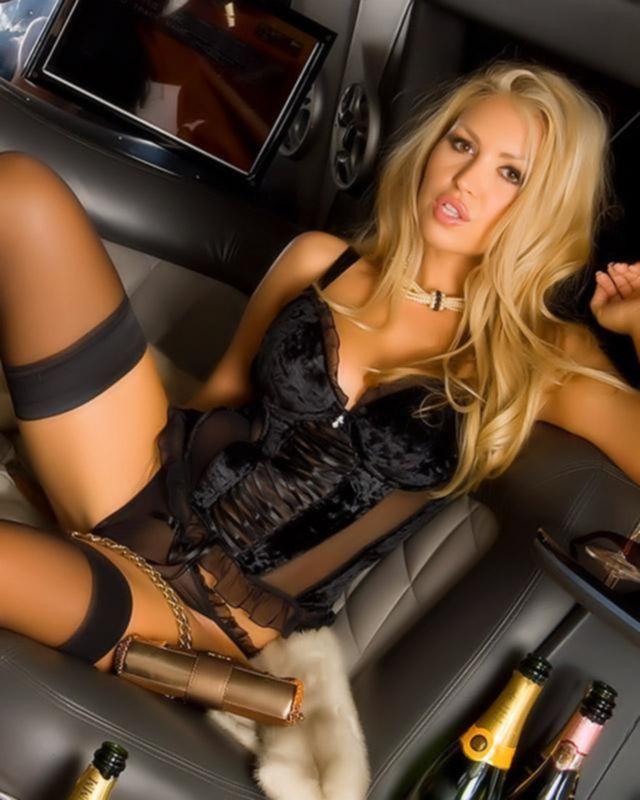 Шикарная блондинка совсем голая в автомобиле