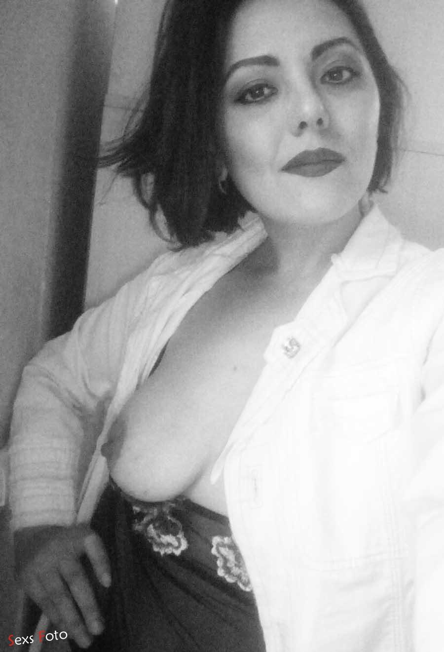 Черно-белое ню с обнаженной грудью