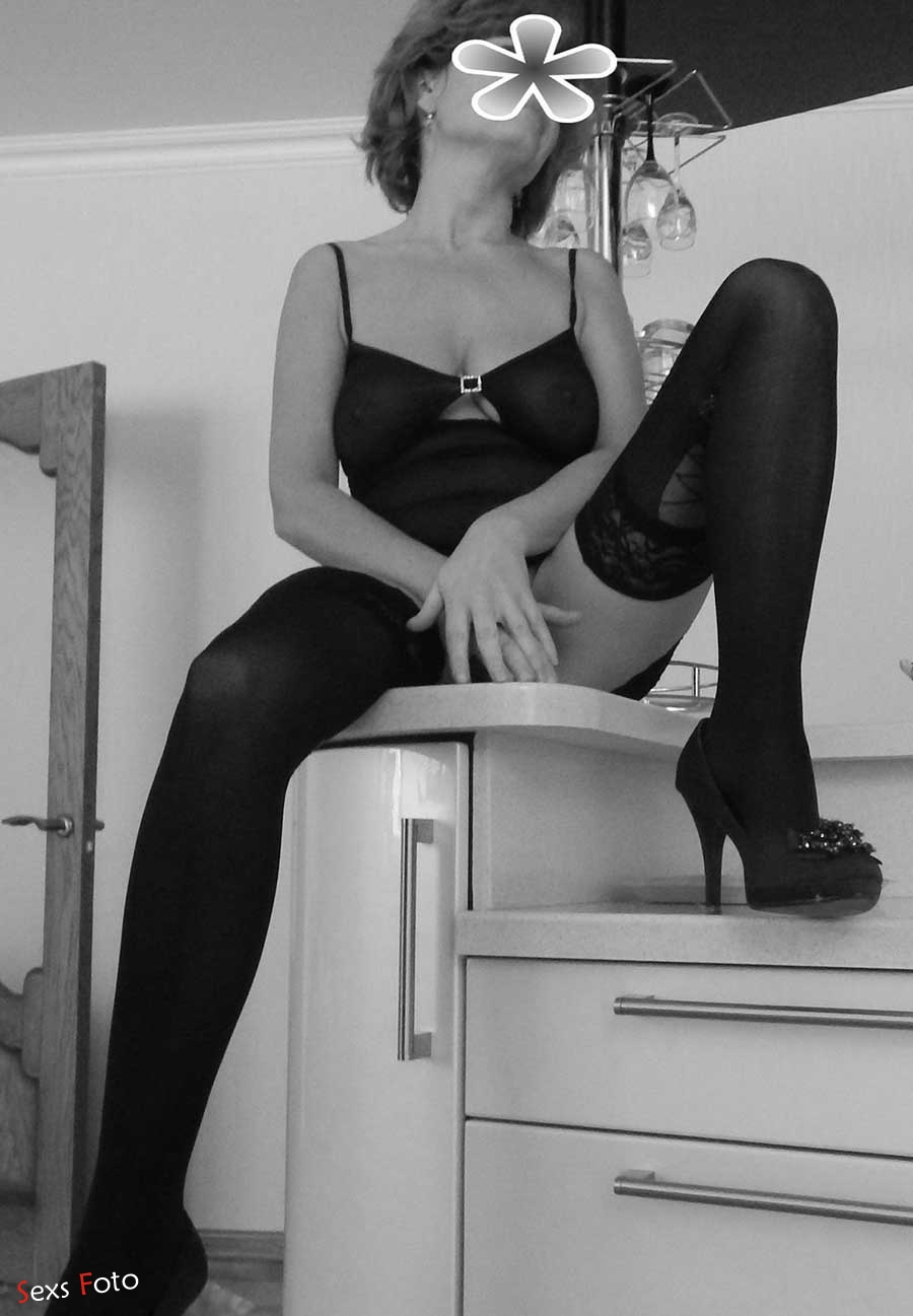 Зрелая фигуристая женщина позирует голой