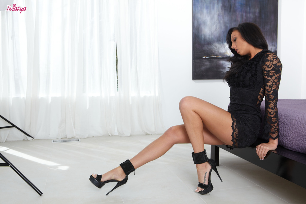 Тёмненькая сучка по имени Tiffany Brookes мастурбирует на камеру - Порно фото на ero-kiska.ru
