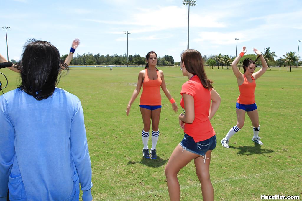 Групповое занятие спортом молодых красоток студенток - Порно фото на ero-kiska.ru