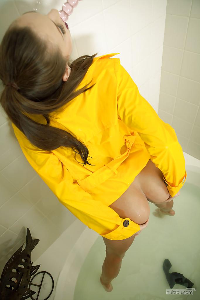Телка лежа  показывает волосатую манду - Порно фото на ero-kiska.ru