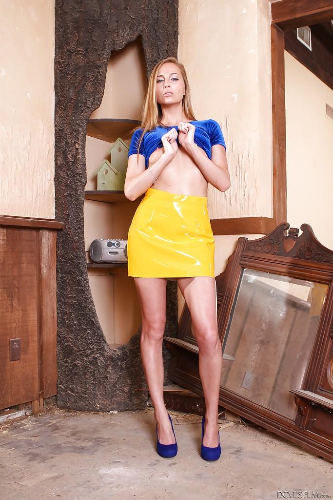 Домохозяйка не снимая юбки и блузки светит киской и сиськами - Порно фото на ero-kiska.ru
